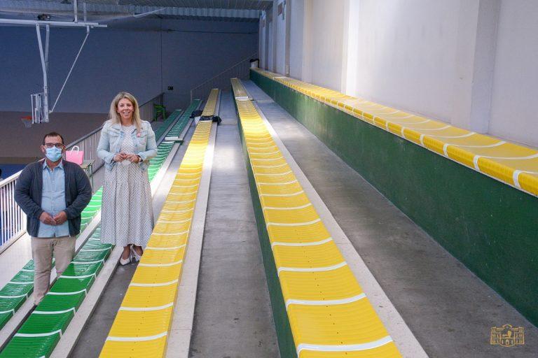 Renovados los asientos de la grada del pabellón San José de Tomelloso